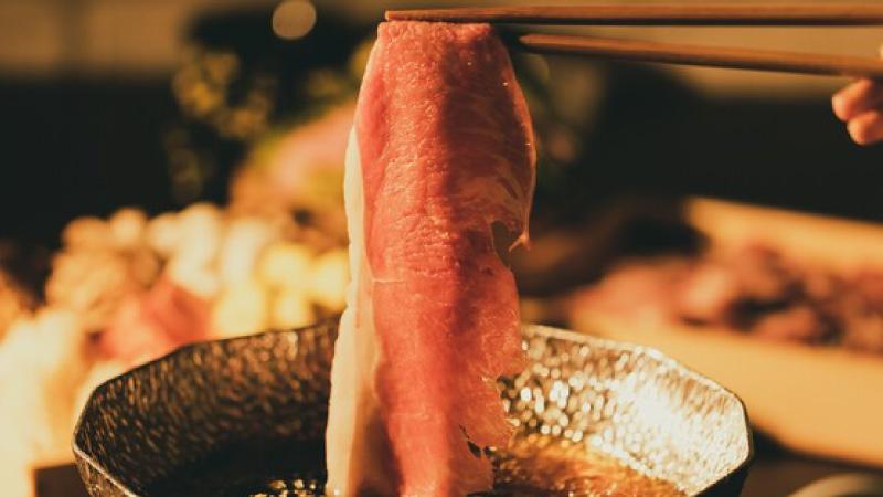 特選出汁にくぐらせて、肉の旨味をダイレクトに味わう